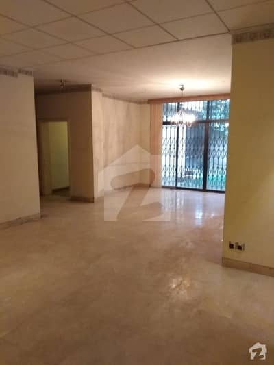 کینٹ لاہور میں 6 کمروں کا 2 کنال مکان 2.5 لاکھ میں کرایہ پر دستیاب ہے۔