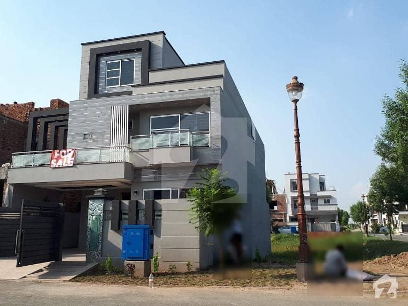 لیک سٹی ۔ سیکٹر ایم ۔ 2اے لیک سٹی رائیونڈ روڈ لاہور میں 5 کمروں کا 10 مرلہ مکان 2.8 کروڑ میں برائے فروخت۔