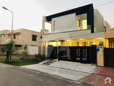 Slightly Used 10 Marla House With Facing Park On Ideal Location