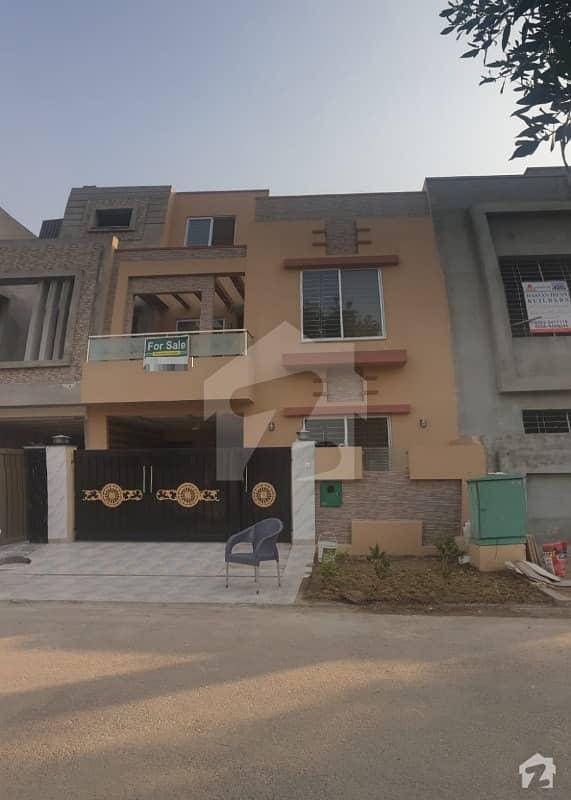 بحریہ ٹاؤن جناح بلاک بحریہ ٹاؤن سیکٹر ای بحریہ ٹاؤن لاہور میں 3 کمروں کا 5 مرلہ مکان 1.35 کروڑ میں برائے فروخت۔