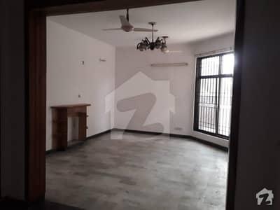 ماڈل ٹاؤن لاہور میں 4 کمروں کا 12 مرلہ مکان 1 لاکھ میں کرایہ پر دستیاب ہے۔