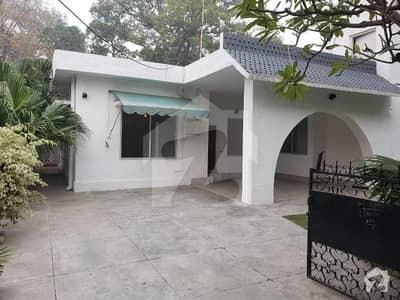 مین بلیوارڈ گلبرگ گلبرگ لاہور میں 5 کمروں کا 1 کنال مکان 2.5 لاکھ میں کرایہ پر دستیاب ہے۔