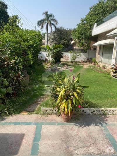 شامی روڈ کینٹ لاہور میں 9 کمروں کا 1.6 کنال مکان 11.75 کروڑ میں برائے فروخت۔