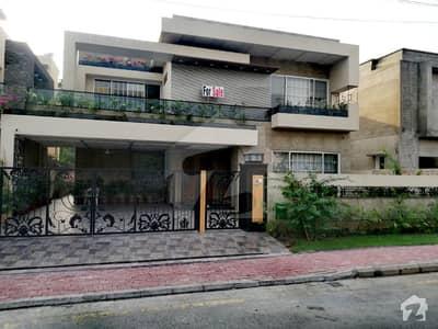 بحریہ ٹاؤن گلبہار بلاک بحریہ ٹاؤن سیکٹر سی بحریہ ٹاؤن لاہور میں 5 کمروں کا 1 کنال مکان 5.75 کروڑ میں برائے فروخت۔