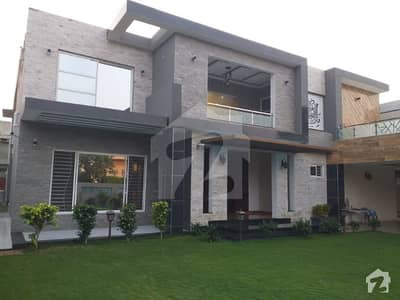 اقبال ایوینیو لاہور میں 7 کمروں کا 2 کنال مکان 8 کروڑ میں برائے فروخت۔