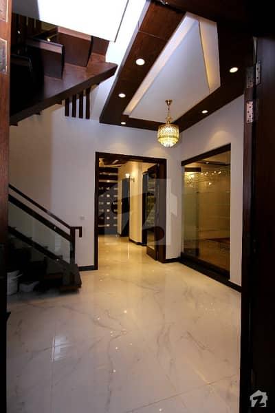 ڈی ایچ اے فیز 8 - بلاک پی ڈی ایچ اے فیز 8 ڈیفنس (ڈی ایچ اے) لاہور میں 4 کمروں کا 10 مرلہ مکان 2.7 کروڑ میں برائے فروخت۔