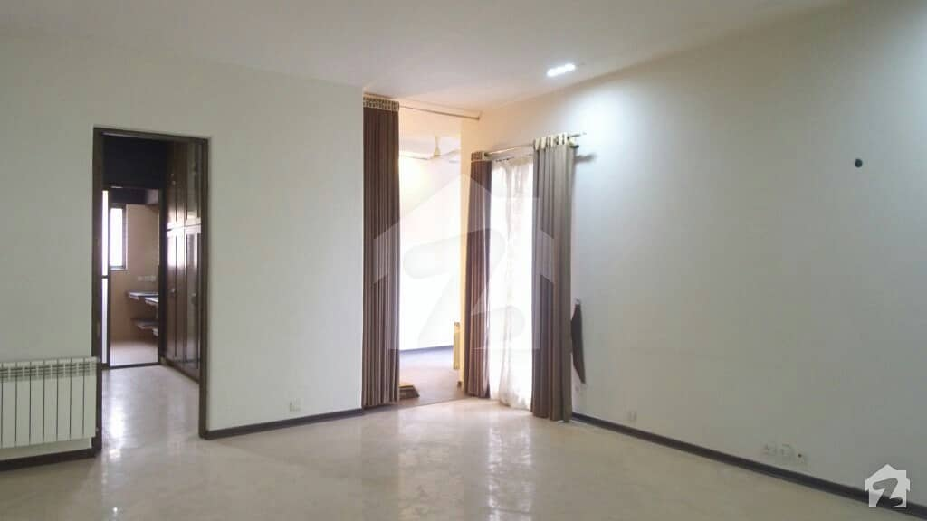 ڈی ایچ اے فیز 5 - بلاک بی فیز 5 ڈیفنس (ڈی ایچ اے) لاہور میں 4 کمروں کا 2 کنال مکان 4.75 لاکھ میں کرایہ پر دستیاب ہے۔