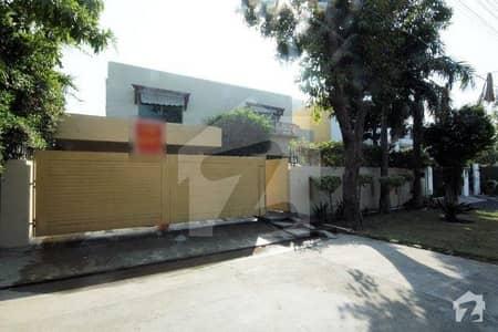 ڈی ایچ اے فیز 2 ڈیفنس (ڈی ایچ اے) لاہور میں 4 کمروں کا 1 کنال مکان 1.4 لاکھ میں کرایہ پر دستیاب ہے۔