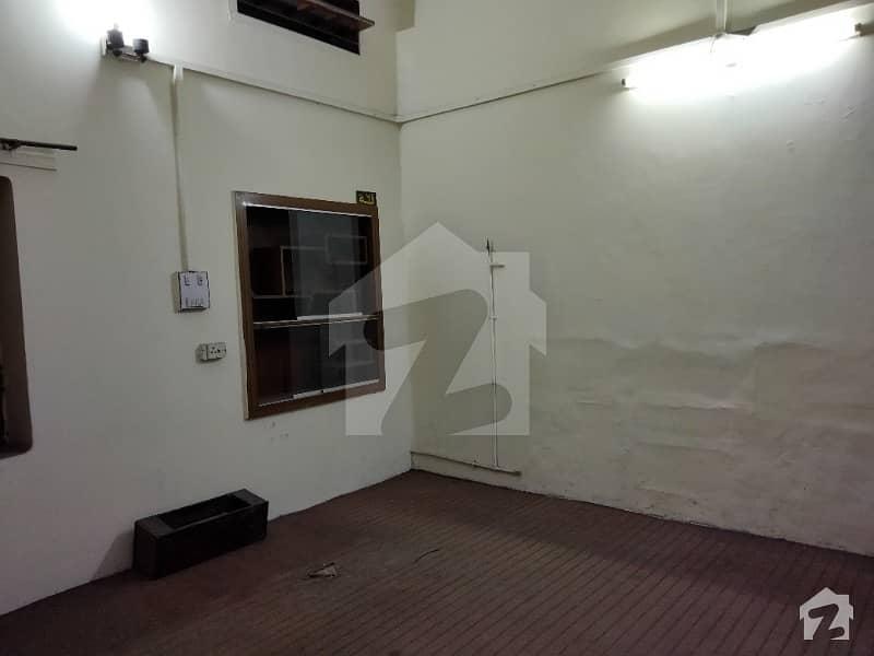 غلام محمد آباد فیصل آباد میں 6 کمروں کا 1 کنال مکان 4 کروڑ میں برائے فروخت۔