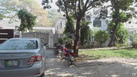طفیل روڈ کینٹ لاہور میں 5 کمروں کا 1.25 کنال مکان 11 کروڑ میں برائے فروخت۔
