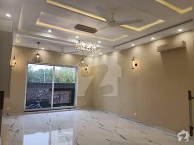ڈی ایچ اے فیز 8 سابقہ ایئر ایوینیو ڈی ایچ اے فیز 8 ڈی ایچ اے ڈیفینس لاہور میں 4 کمروں کا 10 مرلہ مکان 3.25 کروڑ میں برائے فروخت۔