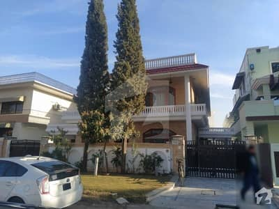 F10/2 Beautiful House 8 Bedroom Peaceful Location House For Sale Close End Street Near To Park And Mosque
