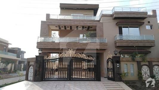 او پی ایف ہاؤسنگ سکیم - بلاک ڈی او پی ایف ہاؤسنگ سکیم لاہور میں 7 کمروں کا 1 کنال مکان 4.25 کروڑ میں برائے فروخت۔