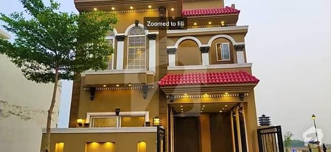 گرینڈ ایوینیوز ہاؤسنگ سکیم لاہور میں 4 کمروں کا 5 مرلہ مکان 67 لاکھ میں برائے فروخت۔