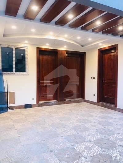 ایف ۔ 11 اسلام آباد میں 5 کمروں کا 10 مرلہ مکان 5.5 کروڑ میں برائے فروخت۔
