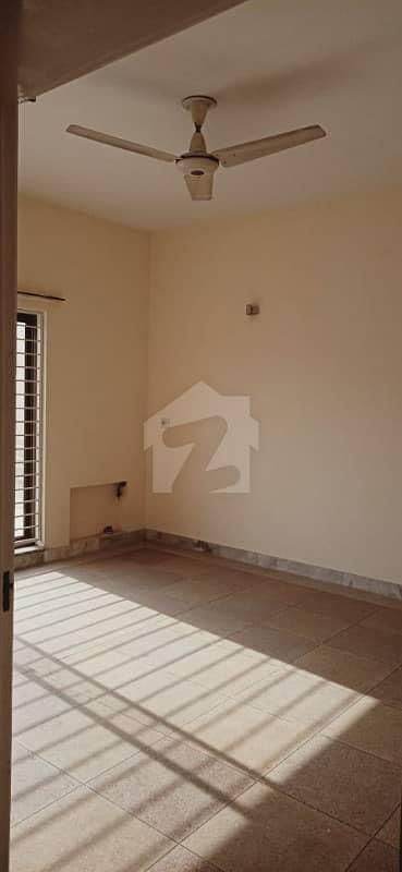 ڈی ایچ اے فیز 2 - بلاک وی فیز 2 ڈیفنس (ڈی ایچ اے) لاہور میں 4 کمروں کا 10 مرلہ مکان 2.8 لاکھ میں کرایہ پر دستیاب ہے۔