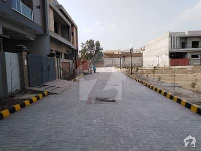 کینال روڈ فیصل آباد میں 4 کمروں کا 7 مرلہ مکان 1.8 کروڑ میں برائے فروخت۔