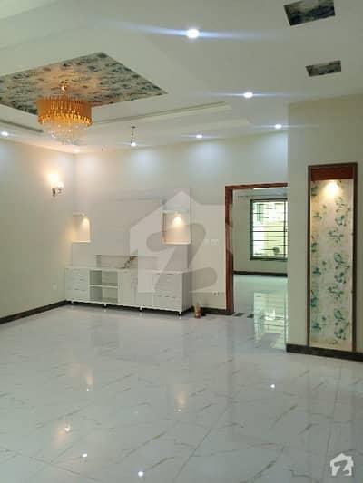 طارق گارڈنز لاہور میں 5 کمروں کا 10 مرلہ مکان 1.1 لاکھ میں کرایہ پر دستیاب ہے۔