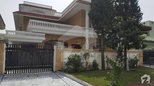 ایف ۔ 10/2 ایف ۔ 10 اسلام آباد میں 6 کمروں کا 1.11 کنال مکان 9 کروڑ میں برائے فروخت۔