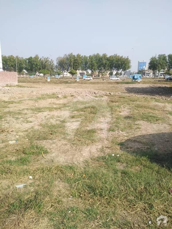 ڈی ایچ اے 9 ٹاؤن ۔ کمرشل ایریا ڈی ایچ اے 9 ٹاؤن ڈیفنس (ڈی ایچ اے) لاہور میں 4 مرلہ کمرشل پلاٹ 4.5 کروڑ میں برائے فروخت۔