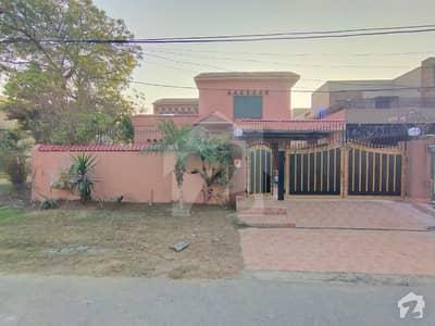 ڈی ایچ اے فیز 2 - بلاک ایس فیز 2 ڈیفنس (ڈی ایچ اے) لاہور میں 4 کمروں کا 1 کنال مکان 2.25 لاکھ میں کرایہ پر دستیاب ہے۔