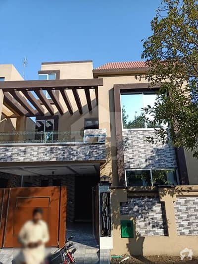 بحریہ ٹاؤن عمر بلاک بحریہ ٹاؤن سیکٹر B بحریہ ٹاؤن لاہور میں 5 کمروں کا 8 مرلہ مکان 1.8 کروڑ میں برائے فروخت۔