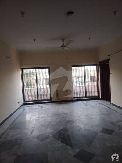 کینٹ لاہور میں 3 کمروں کا 1.5 کنال بالائی پورشن 72 ہزار میں کرایہ پر دستیاب ہے۔