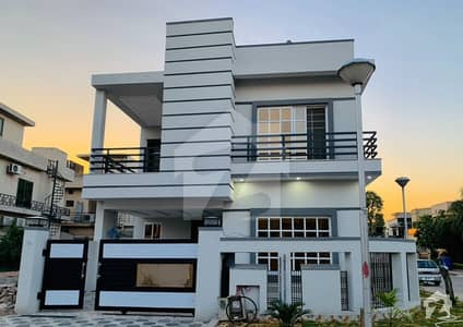 10 Marla Outclass Corner House Available For Sale