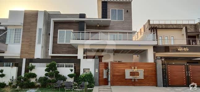 خیابانِ گارڈنز فیصل آباد میں 5 کمروں کا 13 مرلہ مکان 3.4 کروڑ میں برائے فروخت۔
