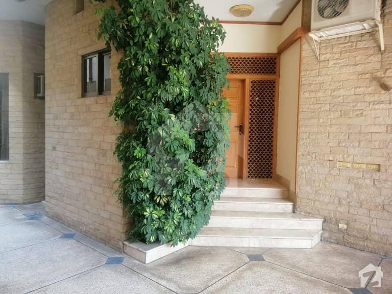 ایف ۔ 11 اسلام آباد میں 6 کمروں کا 1 کنال مکان 10 کروڑ میں برائے فروخت۔