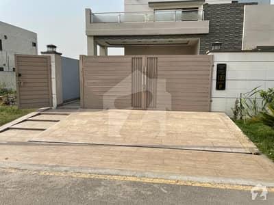 لاھور موٹروے سٹی لاہور میں 5 کمروں کا 1 کنال مکان 2.5 کروڑ میں برائے فروخت۔