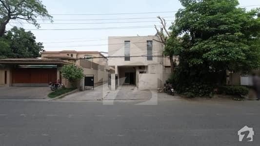 کینٹ لاہور میں 6 کمروں کا 10 مرلہ مکان 5.5 کروڑ میں برائے فروخت۔