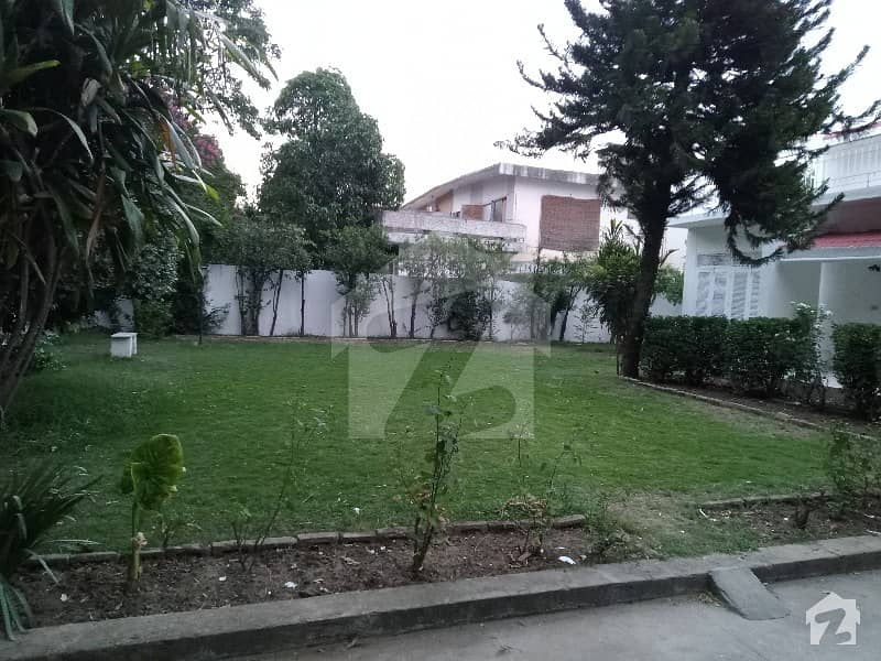 1000 Square Yards House With Huge Lawn With Peace Full Location Of F-7