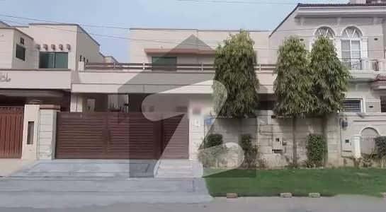 ائیر ایوینیو ۔ بلاک ایل ڈی ایچ اے فیز 8 سابقہ ایئر ایوینیو ڈی ایچ اے فیز 8 ڈی ایچ اے ڈیفینس لاہور میں 5 کمروں کا 10 مرلہ مکان 4.25 کروڑ میں برائے فروخت۔