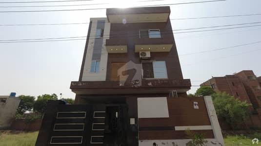 جوہر ٹاؤن لاہور میں 7 کمروں کا 8 مرلہ عمارت 2.3 کروڑ میں برائے فروخت۔