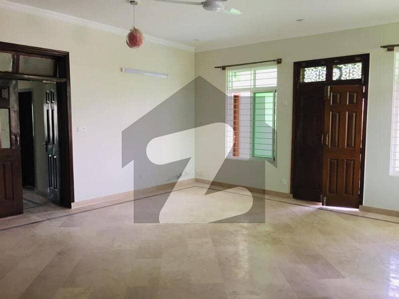 جی ۔ 15 اسلام آباد میں 8 کمروں کا 1 کنال مکان 1.8 لاکھ میں کرایہ پر دستیاب ہے۔