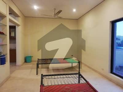 ڈی ایچ اے فیز 2 - بلاک یو فیز 2 ڈیفنس (ڈی ایچ اے) لاہور میں 4 کمروں کا 10 مرلہ مکان 1.1 لاکھ میں کرایہ پر دستیاب ہے۔