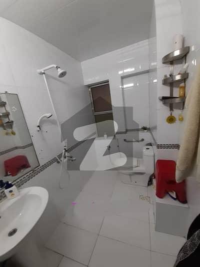 کلفٹن ۔ بلاک 5 کلفٹن کراچی میں 3 کمروں کا 9 مرلہ فلیٹ 2.5 کروڑ میں برائے فروخت۔
