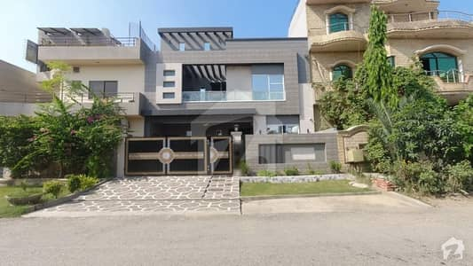 پی جی ای سی ایچ ایس فیز 2 پنجاب گورنمنٹ ایمپلائیز سوسائٹی لاہور میں 5 کمروں کا 10 مرلہ مکان 2.8 کروڑ میں برائے فروخت۔