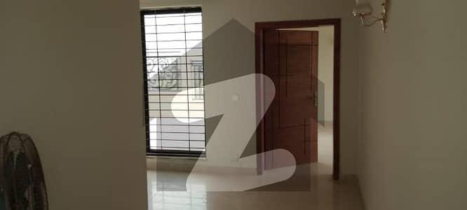 ڈی ایچ اے فیز 7 - بلاک وائے فیز 7 ڈیفنس (ڈی ایچ اے) لاہور میں 3 کمروں کا 1.35 کنال بالائی پورشن 90 ہزار میں کرایہ پر دستیاب ہے۔