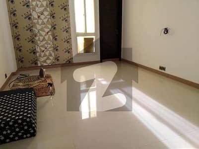 خلیق الزماں روڈ کراچی میں 3 کمروں کا 9 مرلہ فلیٹ 4 کروڑ میں برائے فروخت۔