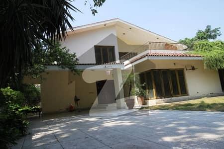 کینٹ لاہور میں 4 کمروں کا 2 کنال مکان 17 کروڑ میں برائے فروخت۔