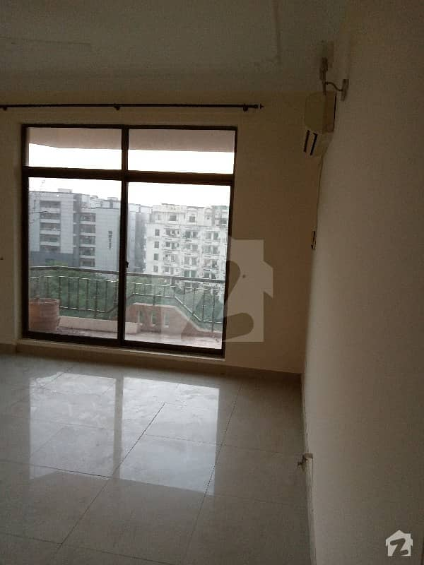 Executive Suites 3 Bed Room Attach Bathrooms Waking Distance Market And Park Need And Clean