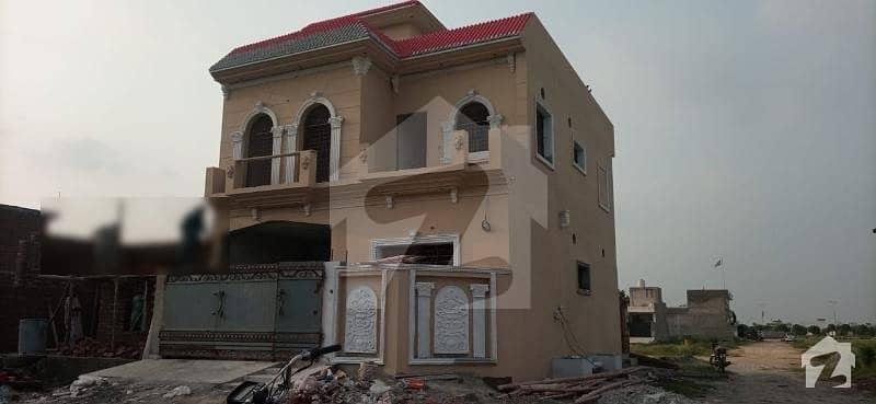 گرینڈ ایوینیوز ہاؤسنگ سکیم لاہور میں 4 کمروں کا 5 مرلہ مکان 1.05 کروڑ میں برائے فروخت۔