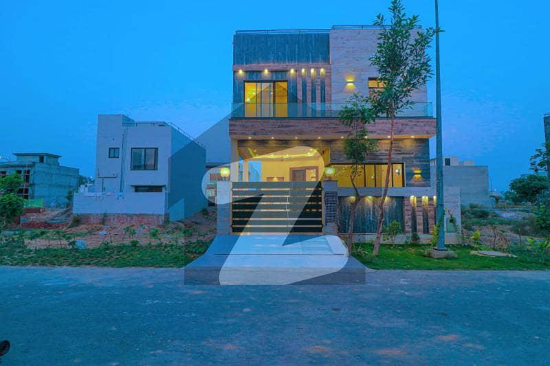 ڈی ایچ اے 9 ٹاؤن ڈیفنس (ڈی ایچ اے) لاہور میں 3 کمروں کا 5 مرلہ مکان 1.8 کروڑ میں برائے فروخت۔