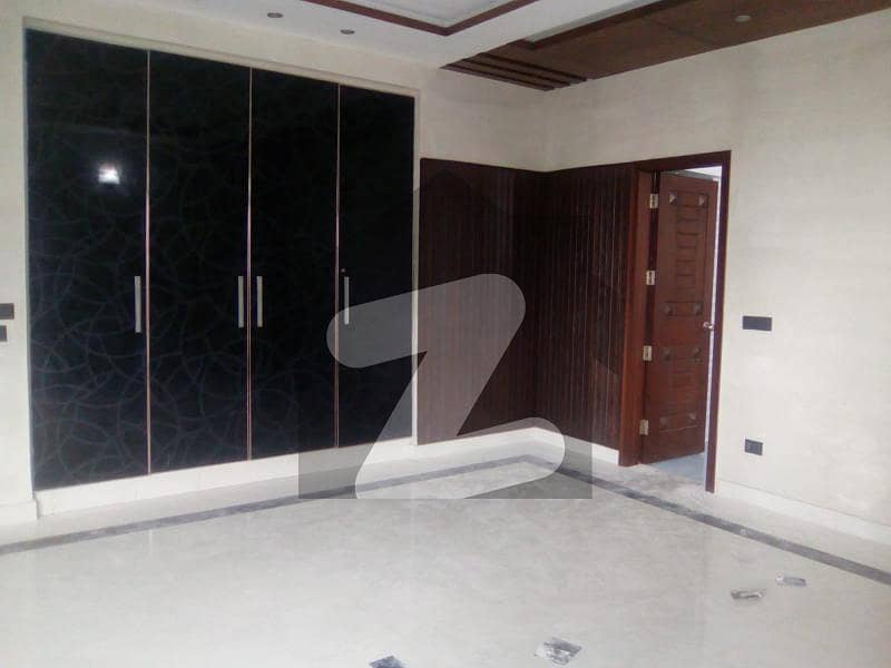 ڈی ایچ اے فیز 2 ڈیفنس (ڈی ایچ اے) لاہور میں 5 کمروں کا 1 کنال مکان 1.7 لاکھ میں کرایہ پر دستیاب ہے۔