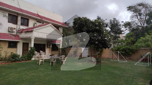 1000 Sq Yds Well Maintained  Bungalow In Pechs Block 6