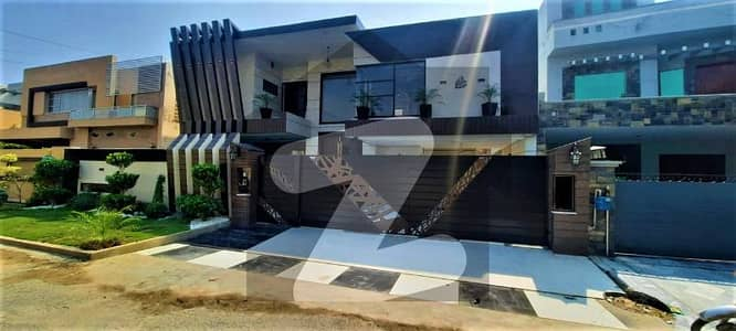 Most Beautiful 1 Kanal Bungalow With Swimming Pool Near Park