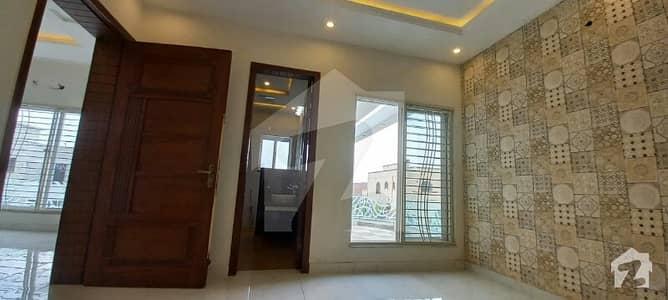 ڈی ایچ اے فیز 8 - بلاک سی ڈی ایچ اے فیز 8 ڈیفنس (ڈی ایچ اے) لاہور میں 4 کمروں کا 10 مرلہ مکان 1.1 لاکھ میں کرایہ پر دستیاب ہے۔