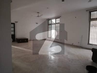 ڈی ایچ اے فیز 2 - بلاک کیو فیز 2 ڈیفنس (ڈی ایچ اے) لاہور میں 5 کمروں کا 1.2 کنال مکان 1.6 لاکھ میں کرایہ پر دستیاب ہے۔
